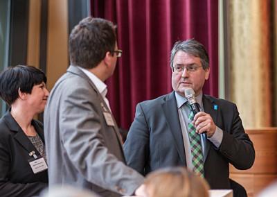 der Geschäftsführer Heinz-Martin Dirks bedankt sich bei den Gastgebern Sabine Ruthenfranz und Dr. Oliver Ratajczak