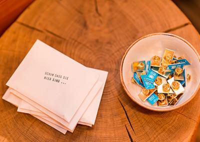 kleine Begrüßungsgeschenke: geheimnisvolle Briefumschläge und das neue Bochum-Logo zum Anstecken
