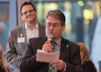 der Geschäftsführer Heinz-Martin Dirks der Wirtschaftsförderung Bochum moderiert den Vortrag an