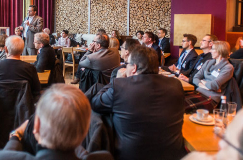 Das Publikum lauscht Dr. Oliver Ratajczak als Redner mit Kundenorientierung